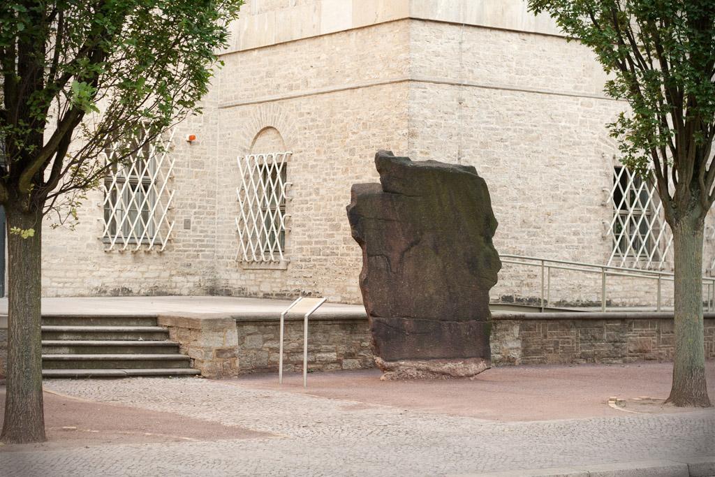 Der Stein ist vor mehr als hundert Jahren einmal auseinandergebrochen.