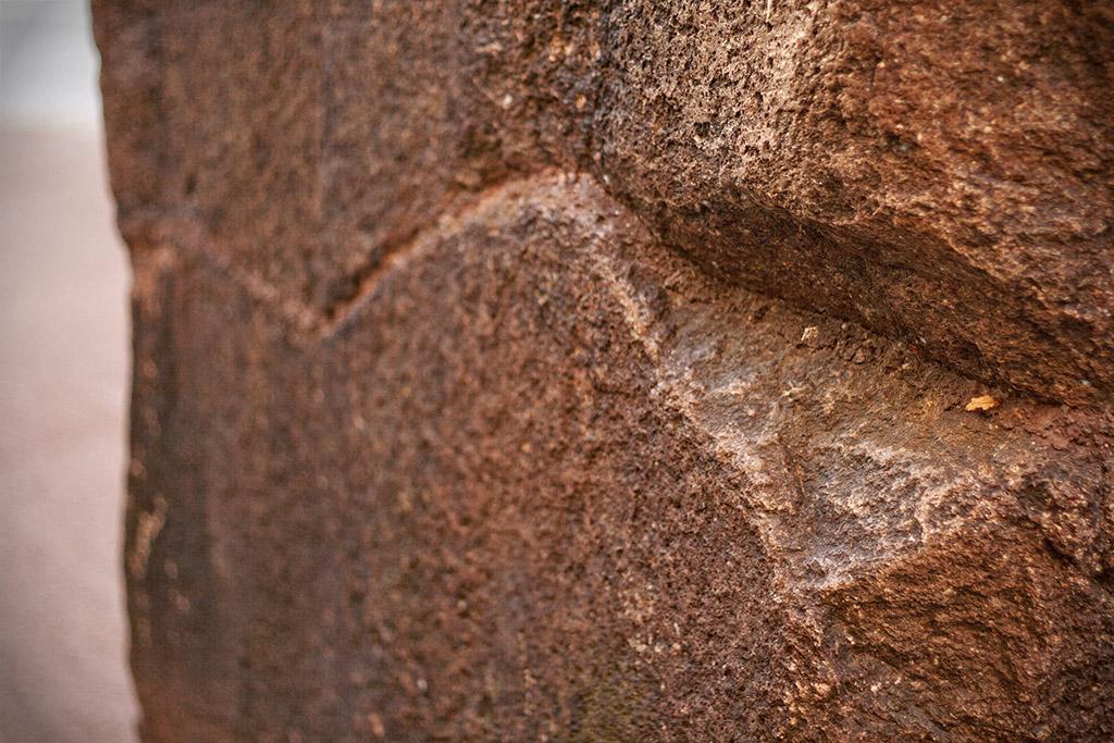 Der Menhir besteht aus dem regionalen Porphyrgestein.