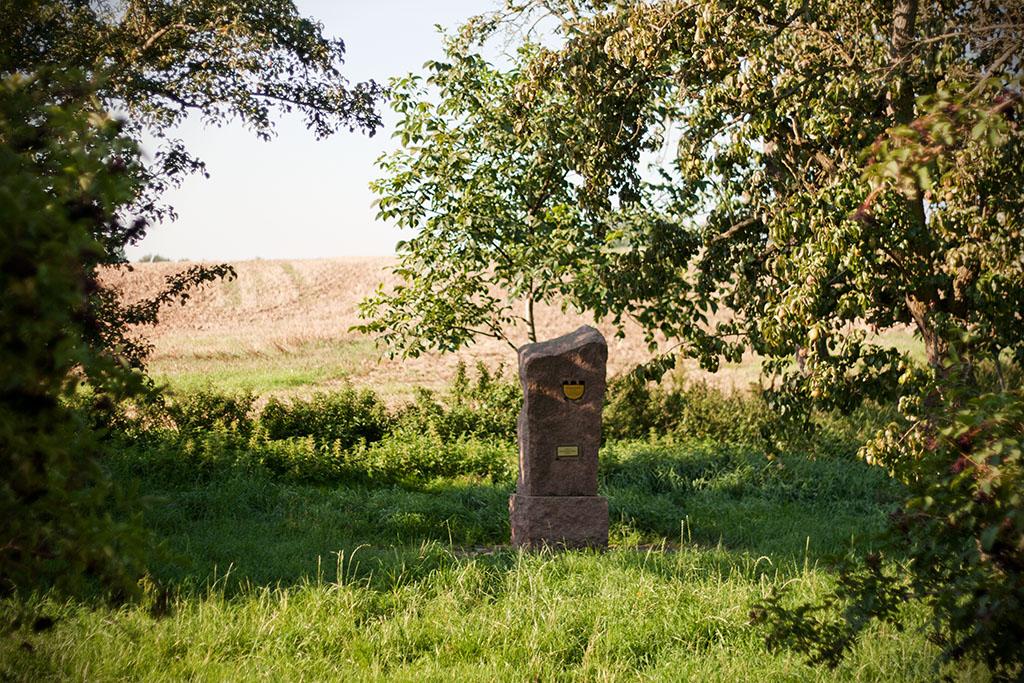 Dieses Denkmal soll an den Originalstandort des Frößnitz- oder auch Schön-Ännchensteins erinnern.