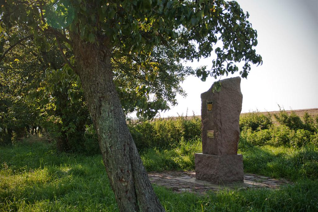 Mit Sockel ist das Denkmal 1,85m hoch.