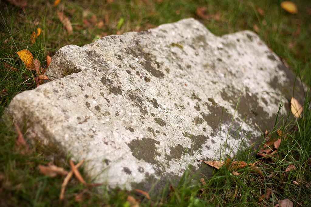 Dies war wohl eine alte Hinweistafel, denn die Inschrift lautet Hunnenstein.