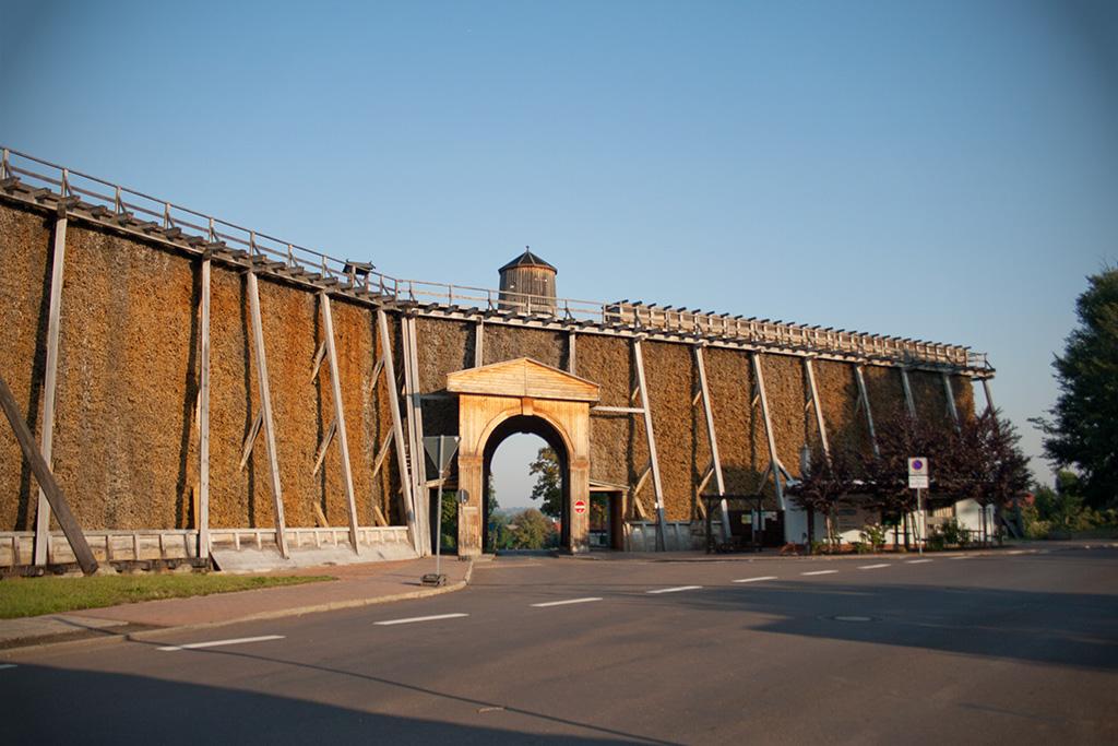 Der Kurpark wird von einer Seite mit dem bekannten Bad Dürrenberger Gradierwerk begrenzt.