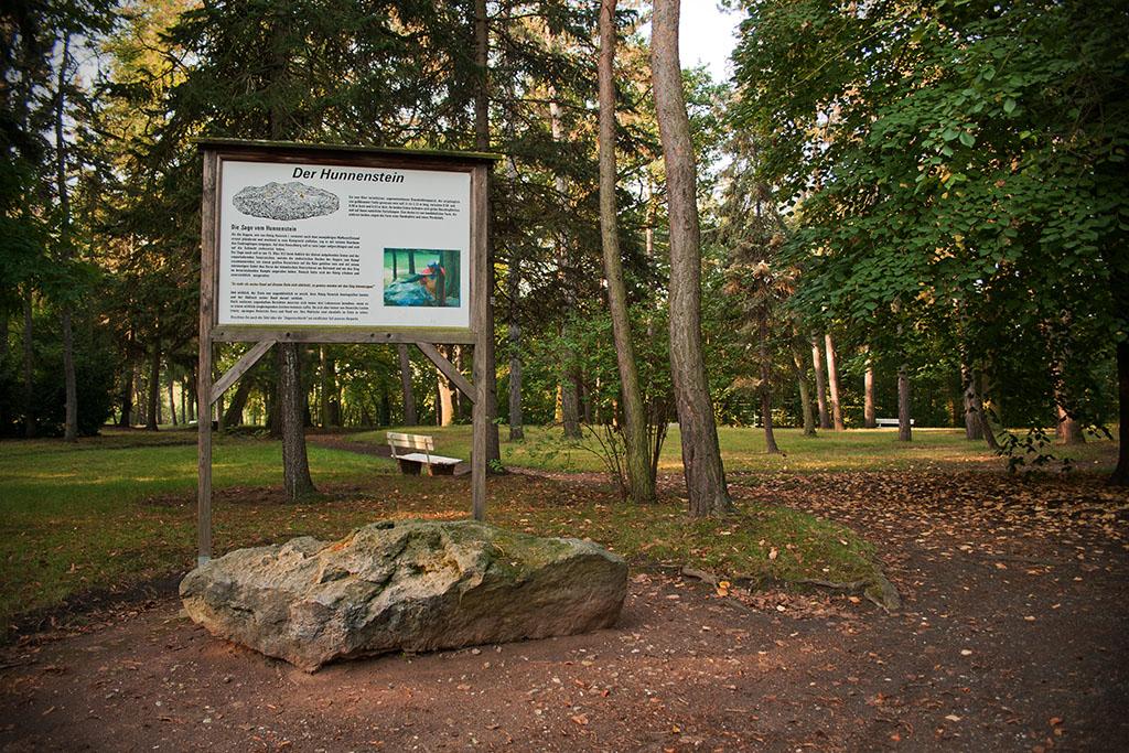 Die Informationstafel erzählt die Geschichte des Hunnensteins.