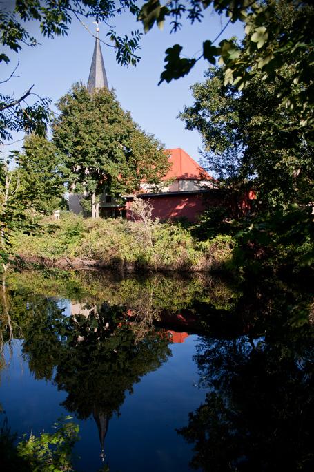 Vom Teich aus ist die Passendorfer Kirche kaum zu sehen.