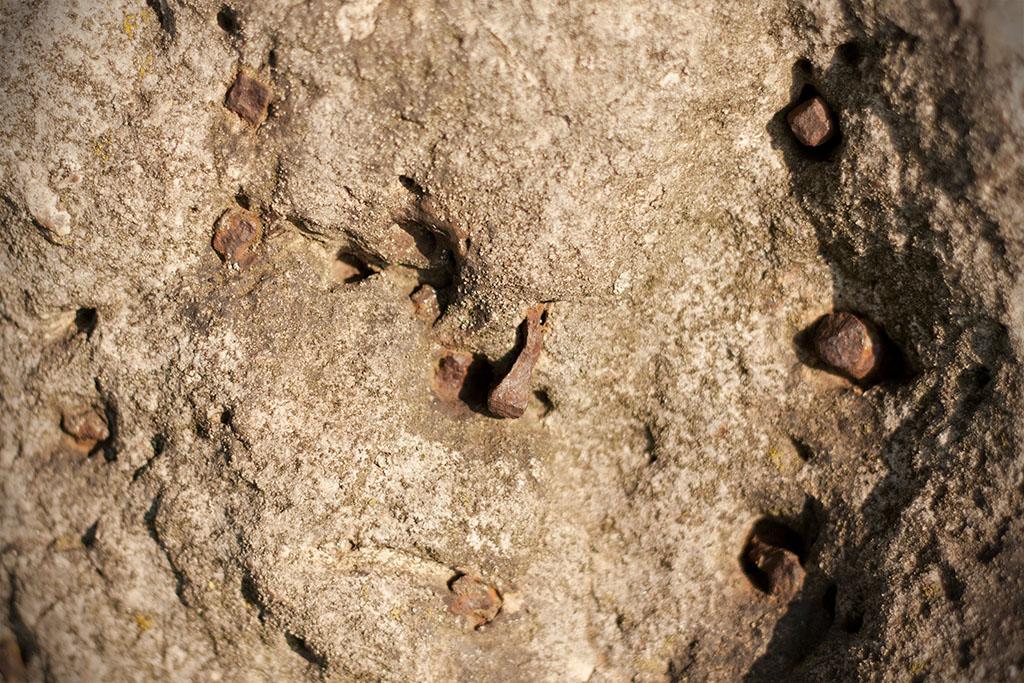 In sehr vielen dieser Löcher stecken alte Nägel.