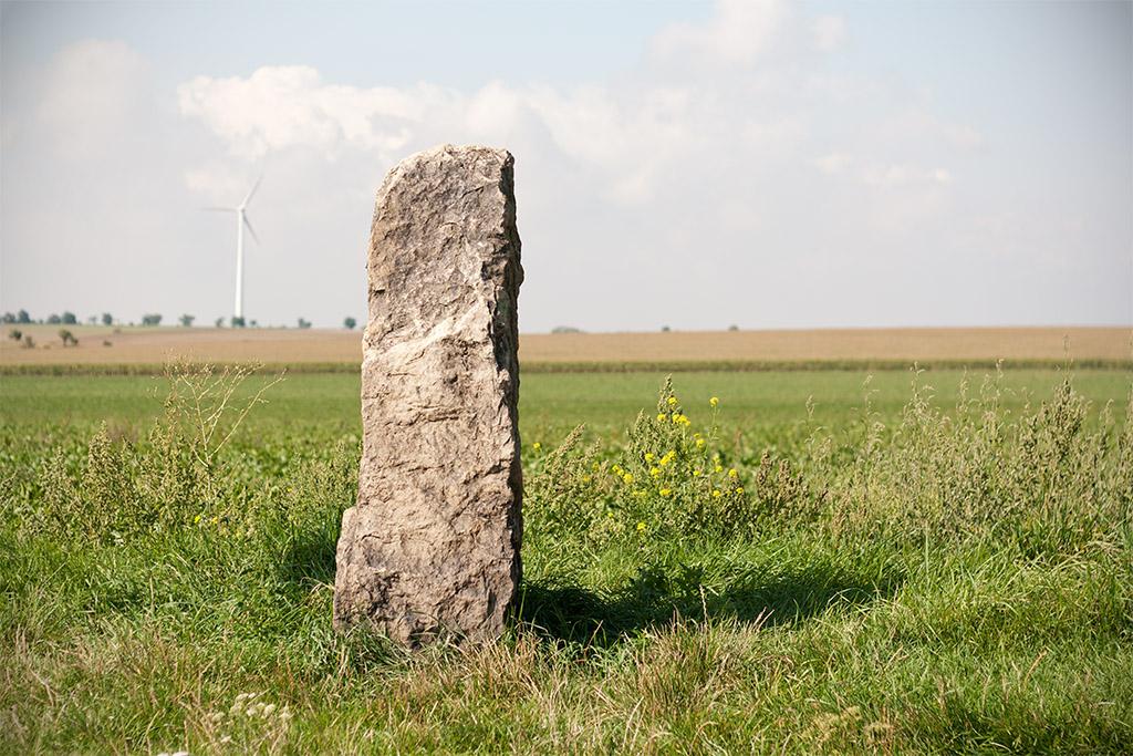 Der Stein sieht behauen aus, so glatt sind Vorder- und Rückseite.