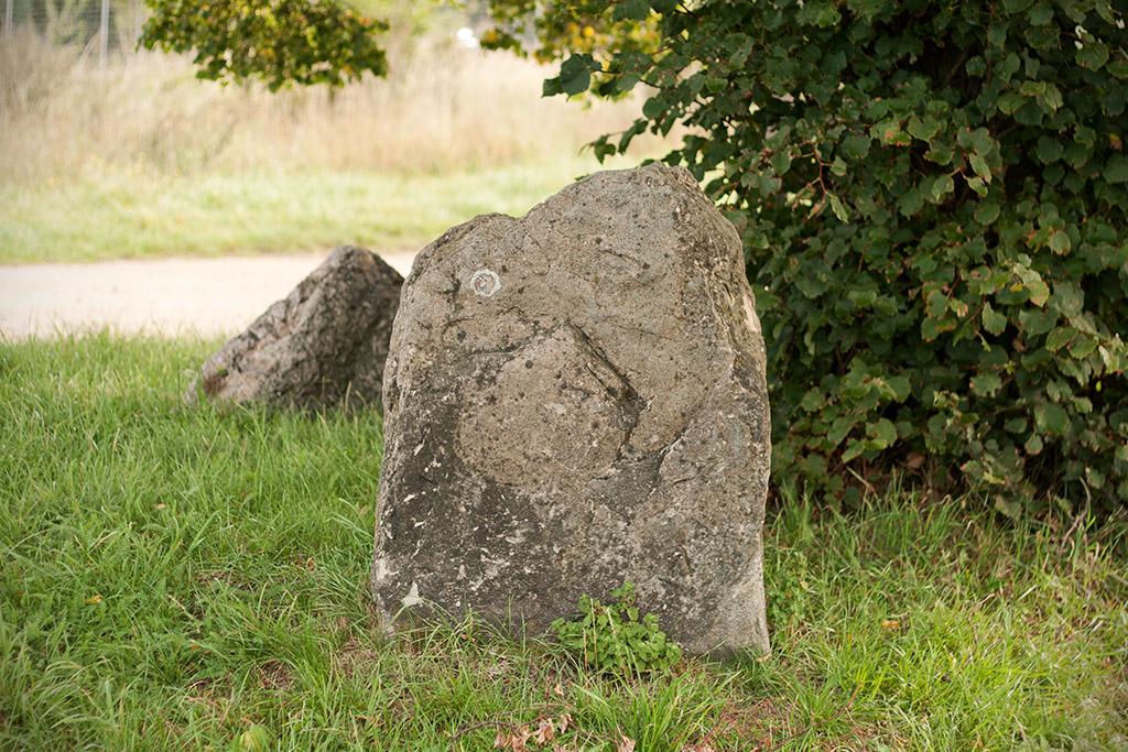 Dies ist der gößte Stein und liegt der Straße am nächsten.
