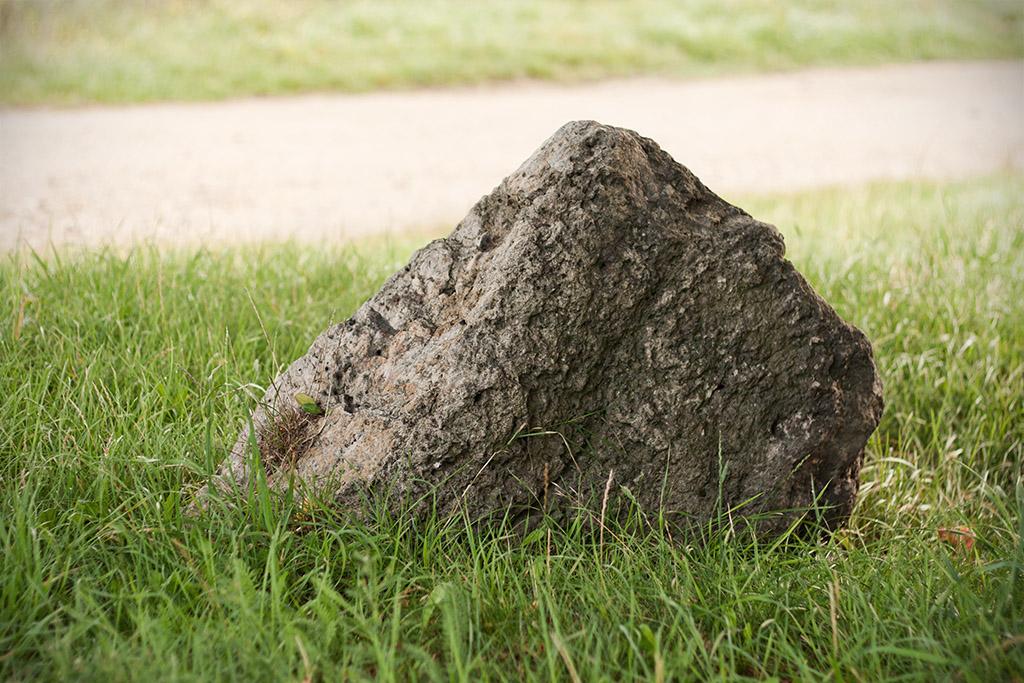 Der zweite Stein sieht pyramidenförmig aus.
